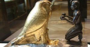 Os Deuses Míticos - Taharqa oferecendo jarros de vinho a Horus
